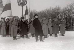 04_Премьер-министр и военный министр Константин Пятс выступает с речью на параде, посвященном 1-й годовщине провозглашения Эстонской Республики на площади Петри, 1919 год